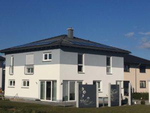 Warum Ost-/West-Dächer bei Photovoltaik im Vorteil sein können - Experts4Energy